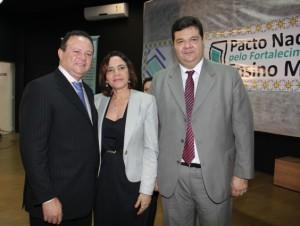 Vice-governador do Estado, Secretária de Estado da Educação e Reitor da UEMA após abertura do evento