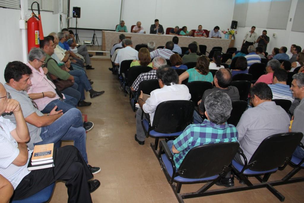 Professores reunidos durante Assembleia Extraordinária