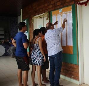 Candidatos verificando a lista dos classificados no PAES fixada na PROG-UEMA