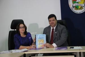 Presidente da Comissão do PAES entregando a relação nominal de aprovados no Vestibular da UEMA