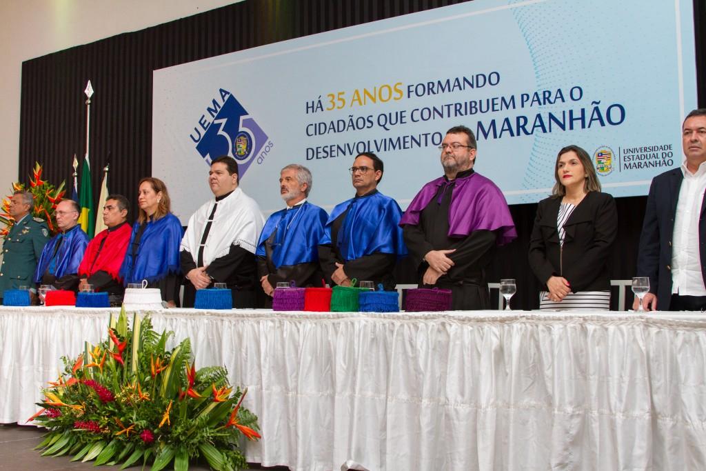 Gestores da UEMA e autoridades durante colação de grau