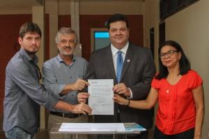 O Reitor da UEMA, Gustavo Pereira da Costa (o terceiro da esquerda para a direita) assinou três ordens de serviço que reforçam as ações de melhorias para o CCSA. Foto: Rafael Carvalho.