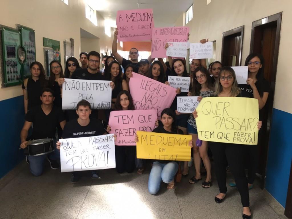 Estudantes com cartazes de protesto