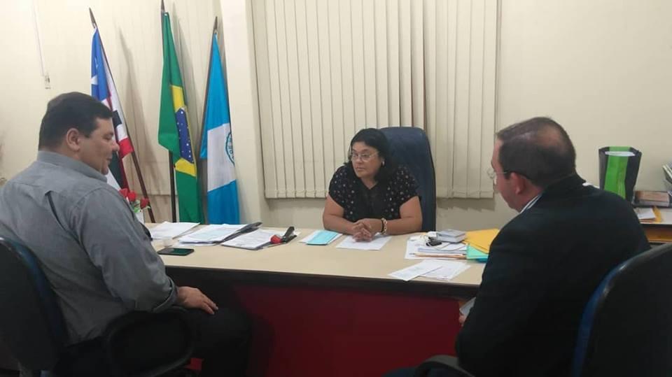 prefeita Vianey Bringel conversando com o reitor Gustavo Costa e o diretor Josimar Porto