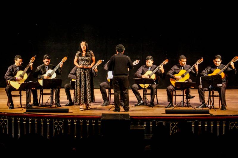 apresentação musical no palco do teatro