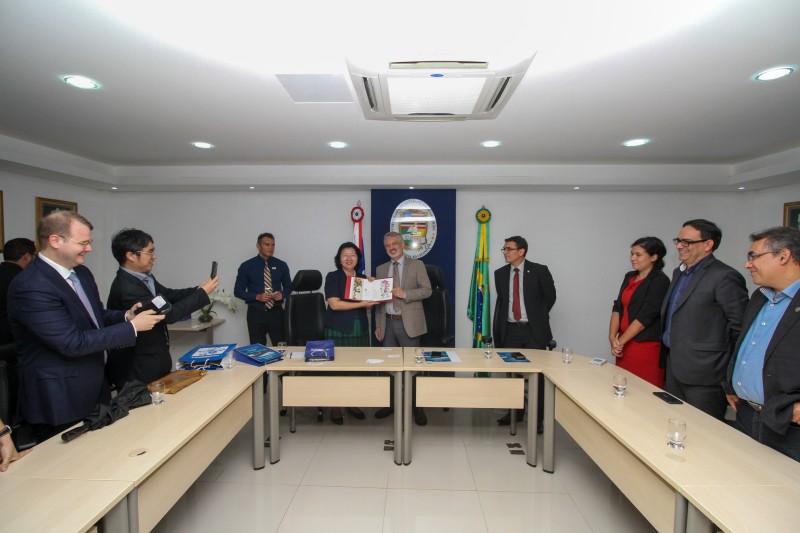 vice reitor recebendo placa da Cônsul chinesa