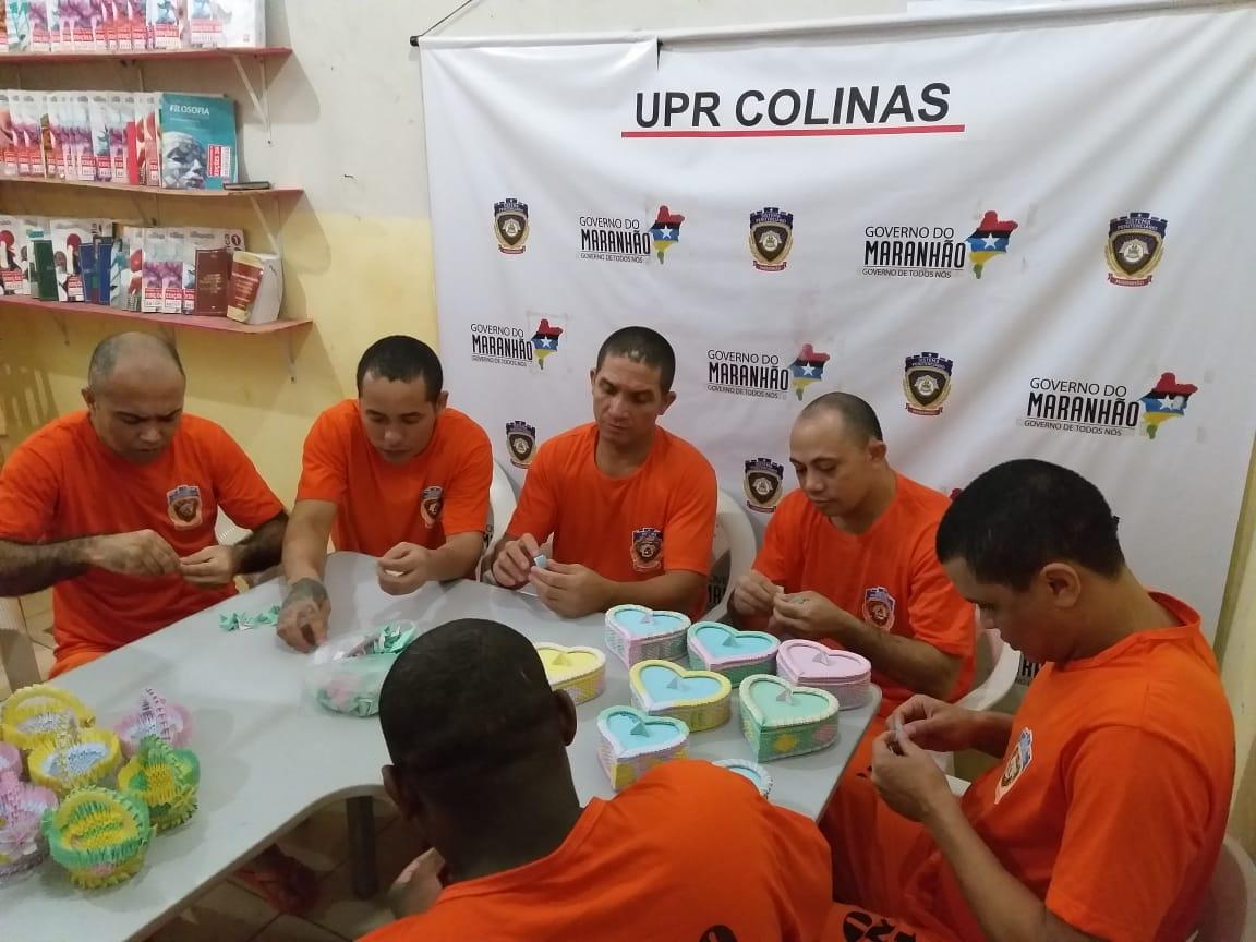 Detentos durante as oficinas de reciclagem.