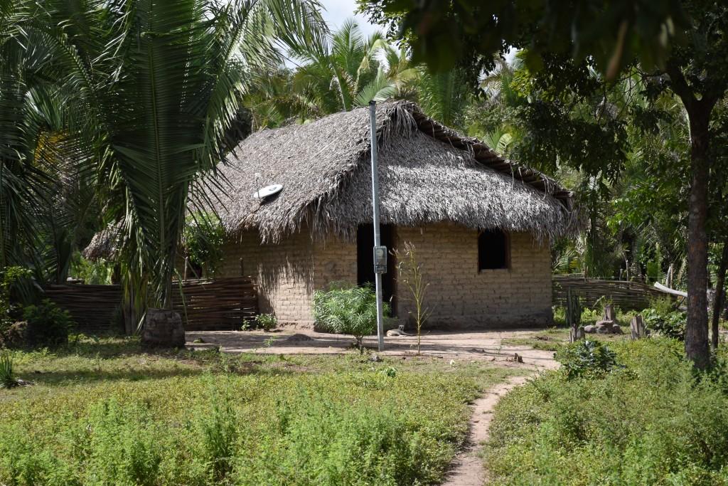 Casa de adobe e cobertura de palha, Povoado Faveira, comunidade quilombola Saco das Almas, Brejo