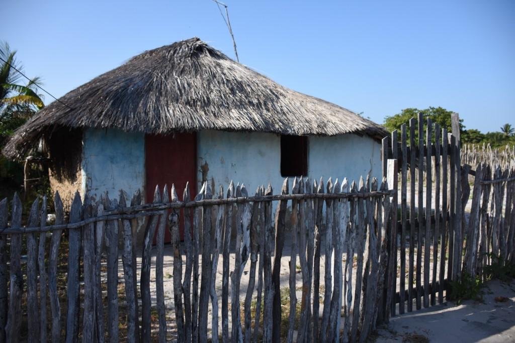 Casa de taipa de mão e cobertura de palha no Povoado Campo Novo, Primeira Cruz