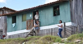 Equipe da pesquisa em levantamento arquitetônico de moradia de madeira